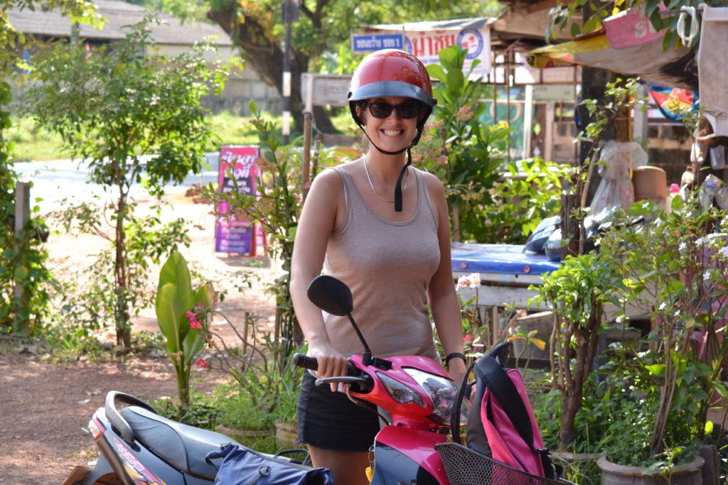 portrait d'aurelia avec un casque de scooter près de khao yai