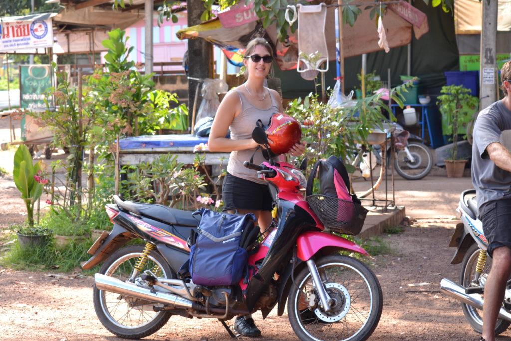 aurélia auprès du scooter près de khao yai