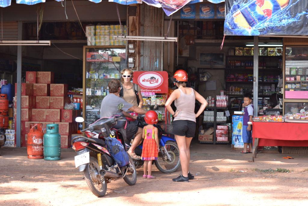 pause à une épicerie avec les scooters près de khao yai
