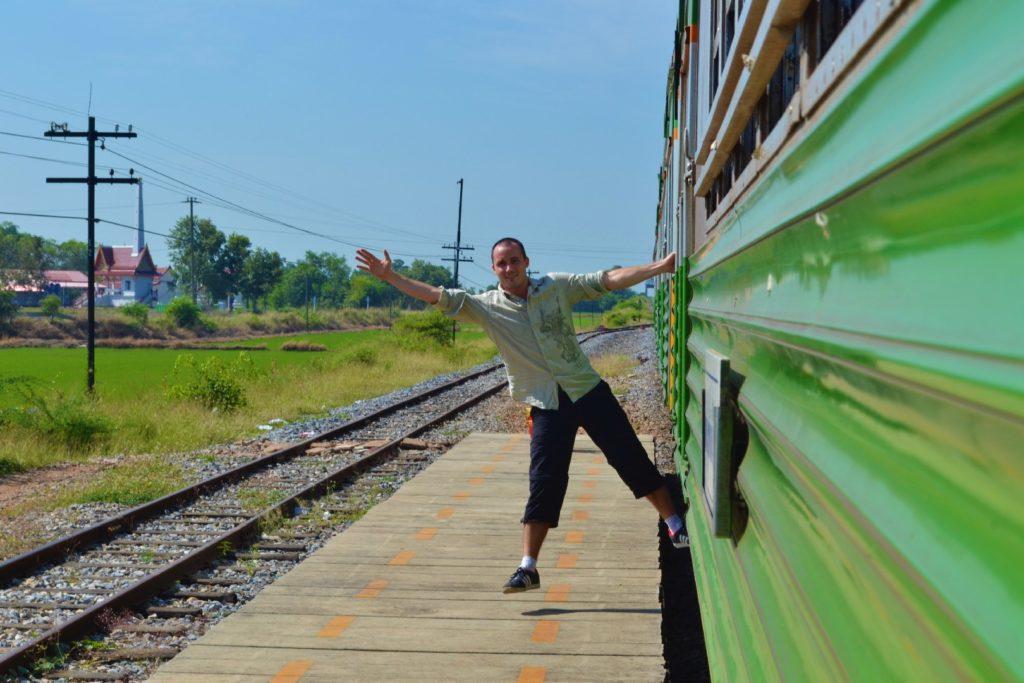 william se laisse pendre du train entre bangkok à khao yai