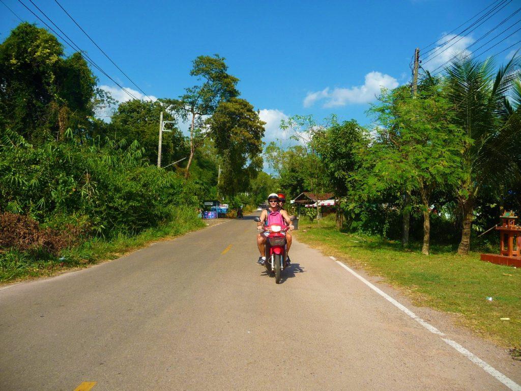 les toots à scooter sur les routes près de khao yai