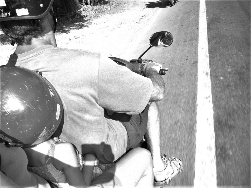 les 3 chatons à scooter sur les routes près de khao yai