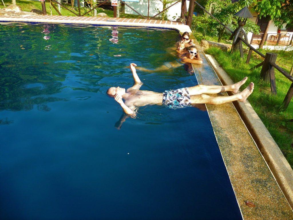 william fait l'étoile de mer dans une piscine près de khao yai