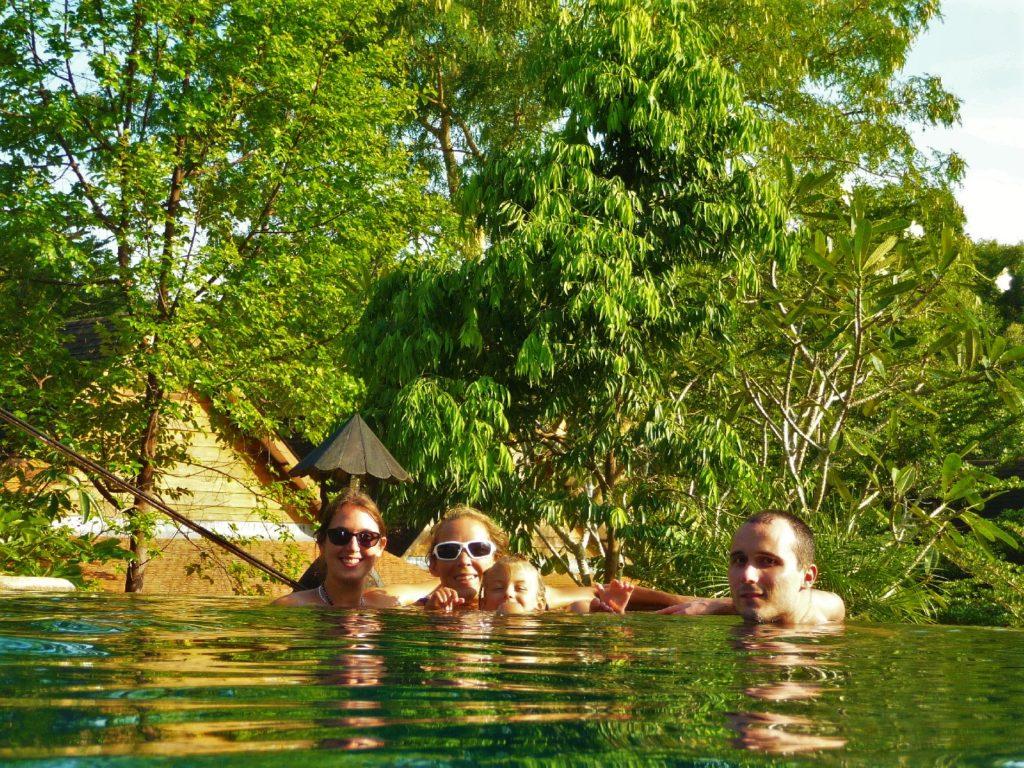 chatoune, chatounette, aurélia et william dans une piscine près de khao yai