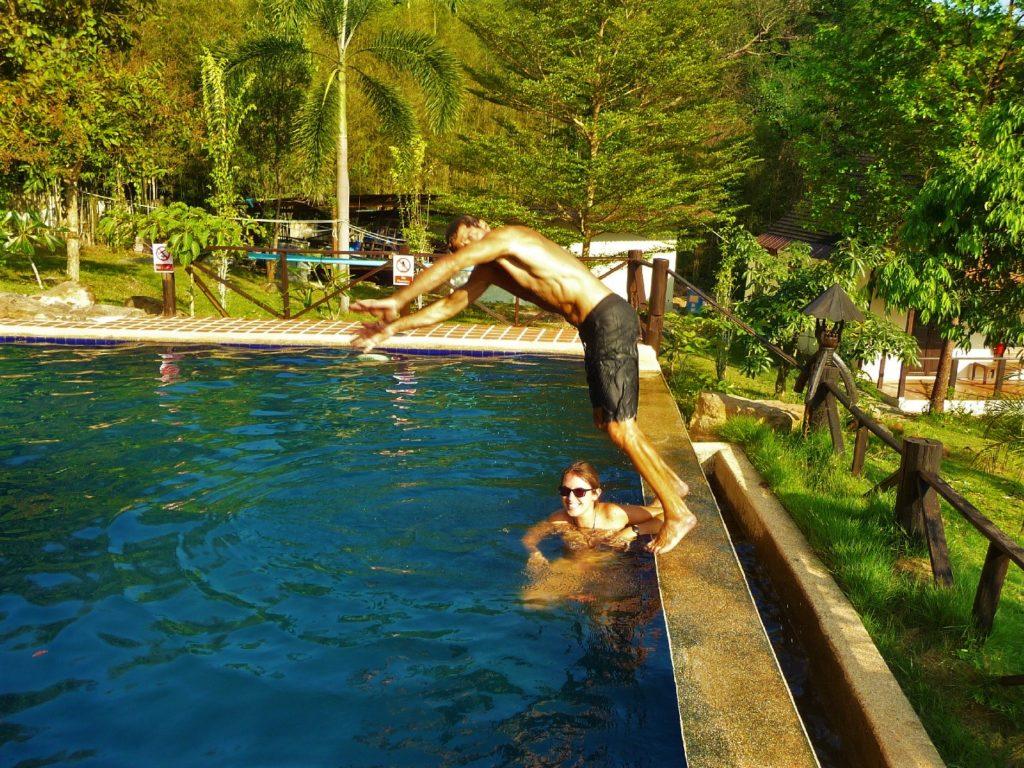 chaton plonge dans une piscine près de khao yai