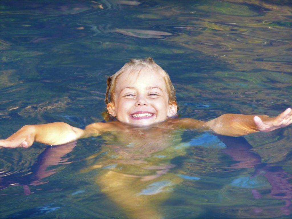 chatounette nage dans une piscine près de khao yai