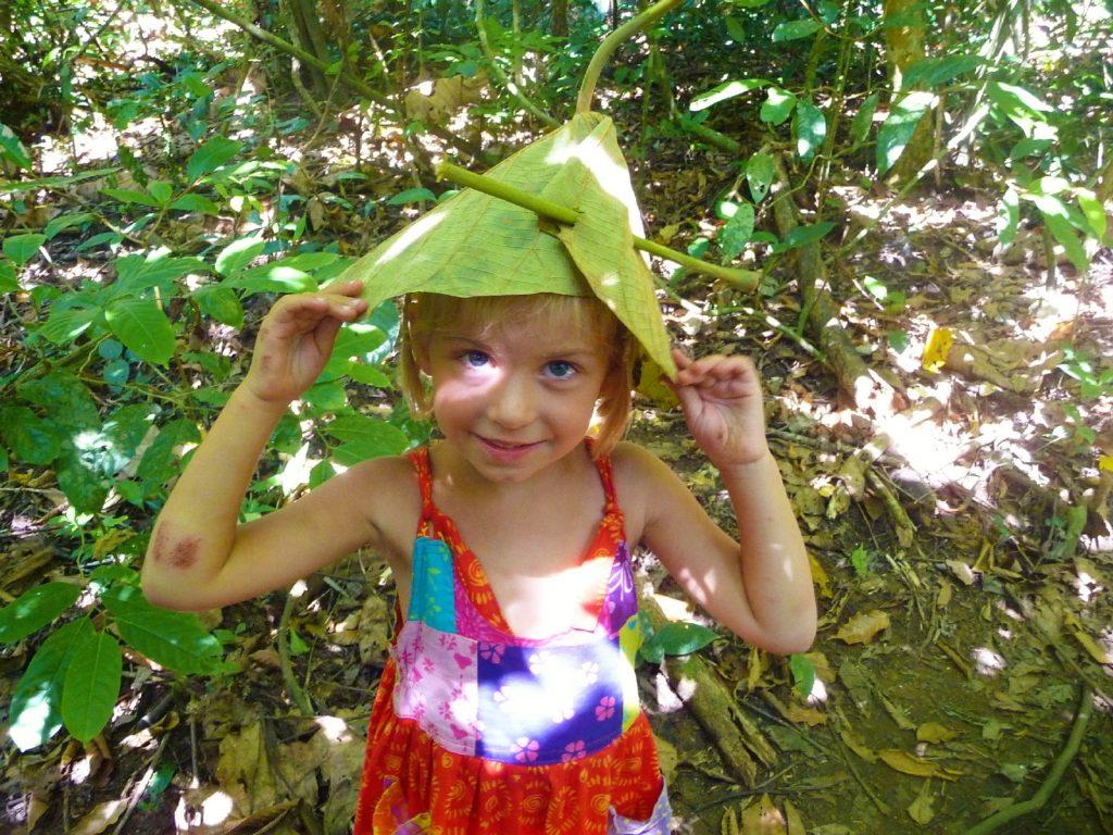 portrait de chatounette avec un chapeau végétal sur la tête dans le parc national de khao yai