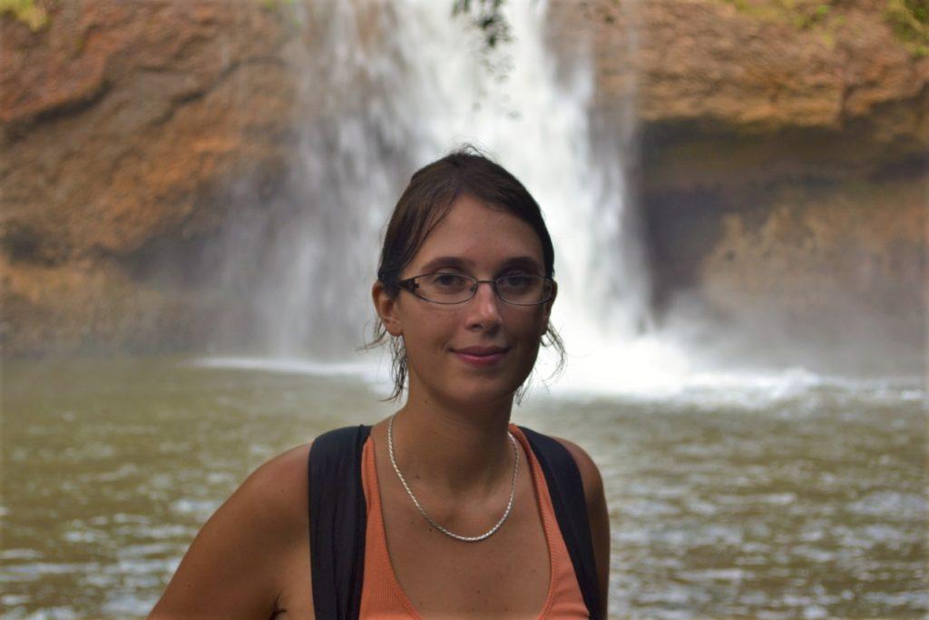 aurélia devant la cascade où léonardo di caprio a joué une scène dans le film la plage, parc national de khao yai