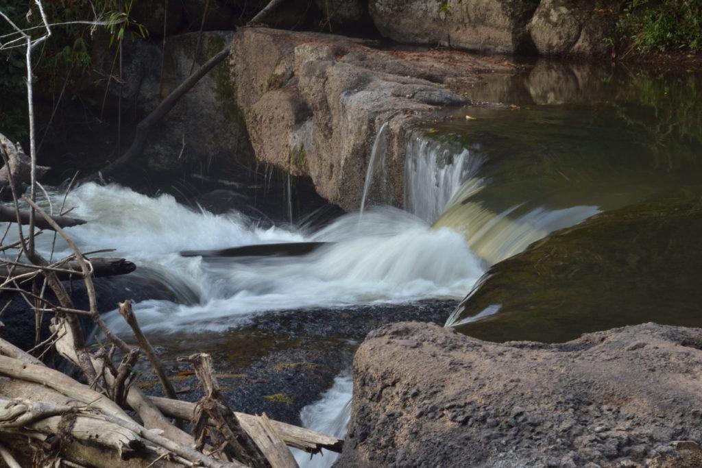 devant la cascade où léonardo di caprio a joué une scène dans le film la plage, parc national de khao yai