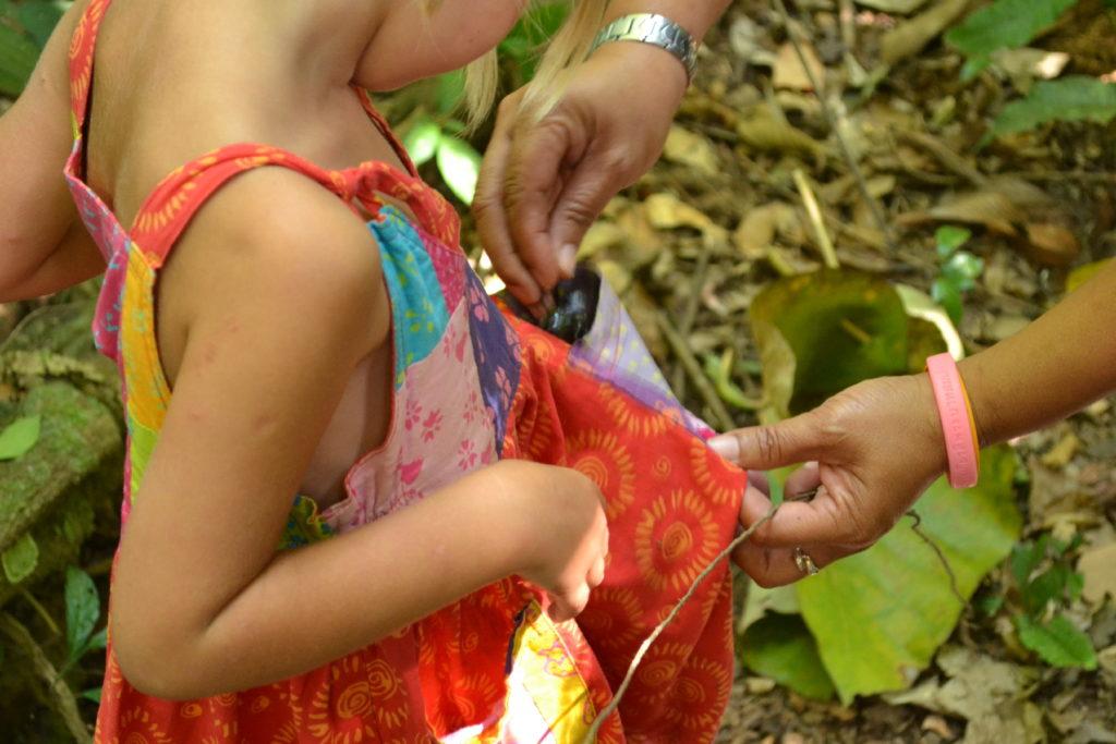 la guide met un scarabée dans la poche de chatounette