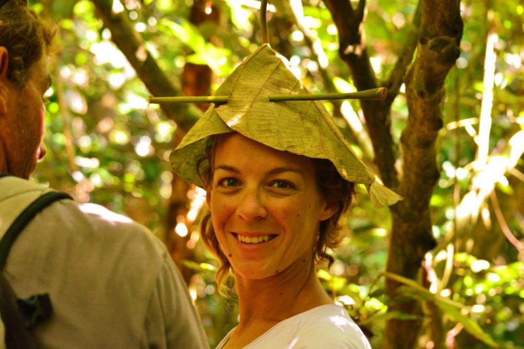 portrait de chatoune avec un chapeau végétal sur la tête dans le parc national de khao yai