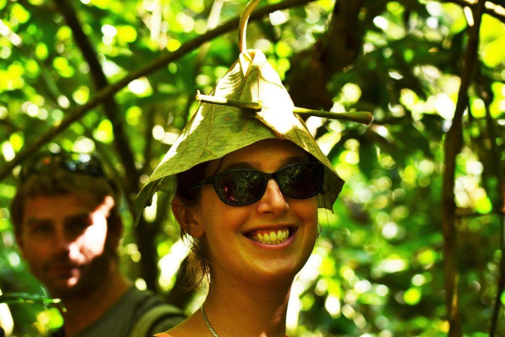 portrait d'aurélia avec un chapeau végétal sur la tête dans le parc national de khao yai