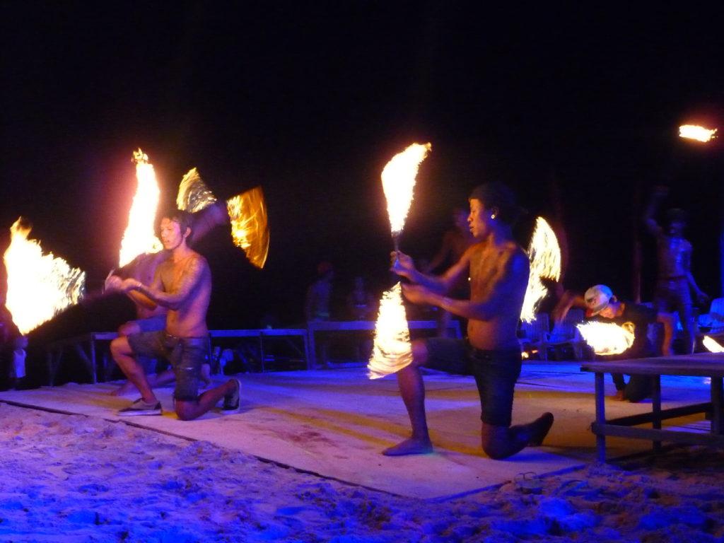 full moon party à koh phi phi, spectacle de feu