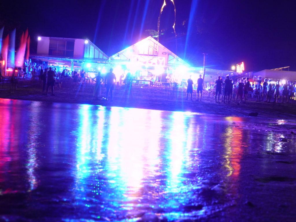 ambiance sur la plage de koh phi phi la nuit