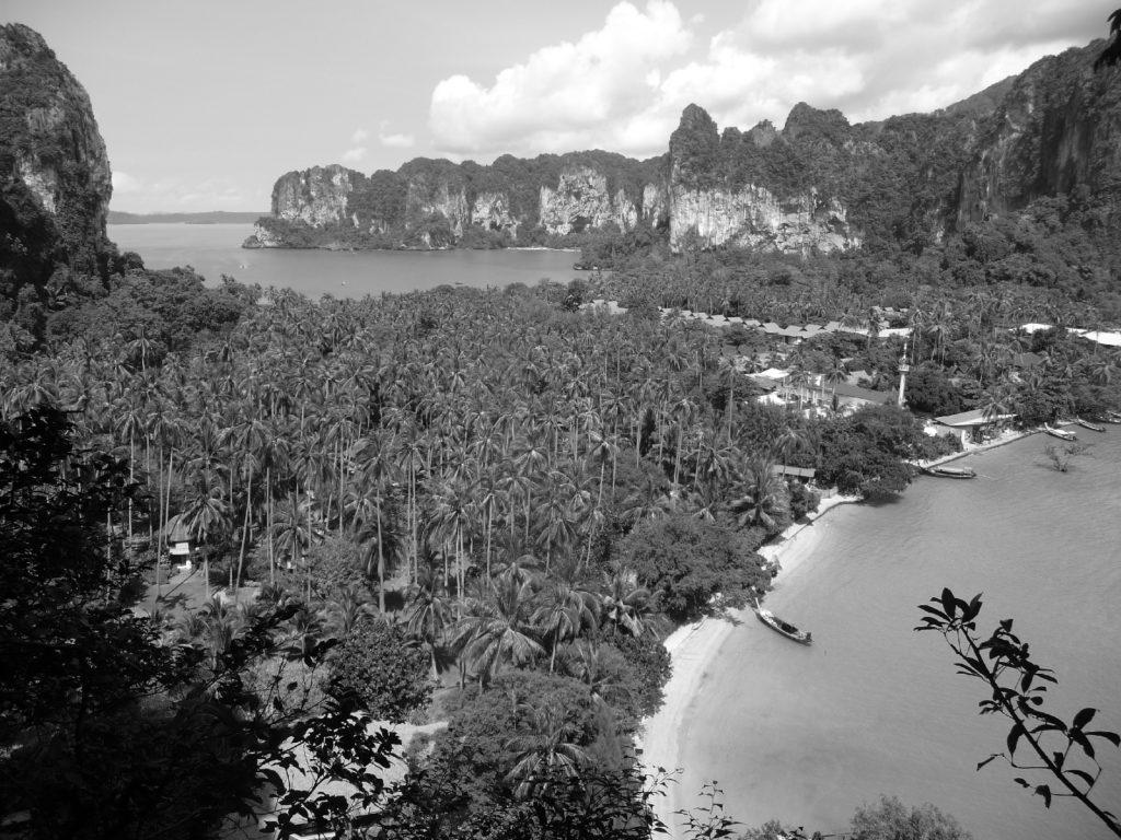 point de vue noir et blanc sur l'isthme de railay