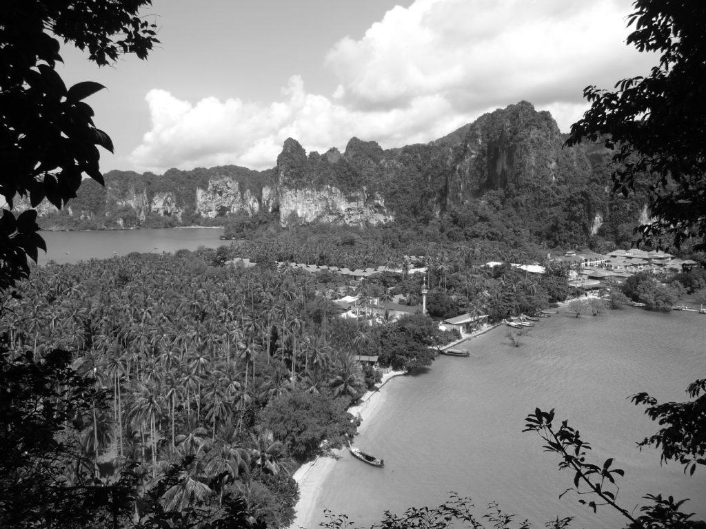 point de vue en noir et blanc sur l'isthme de railay