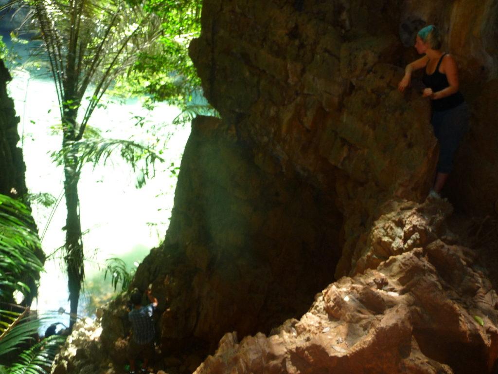 accès difficile avec corde pour rejoindre le lagon de railay