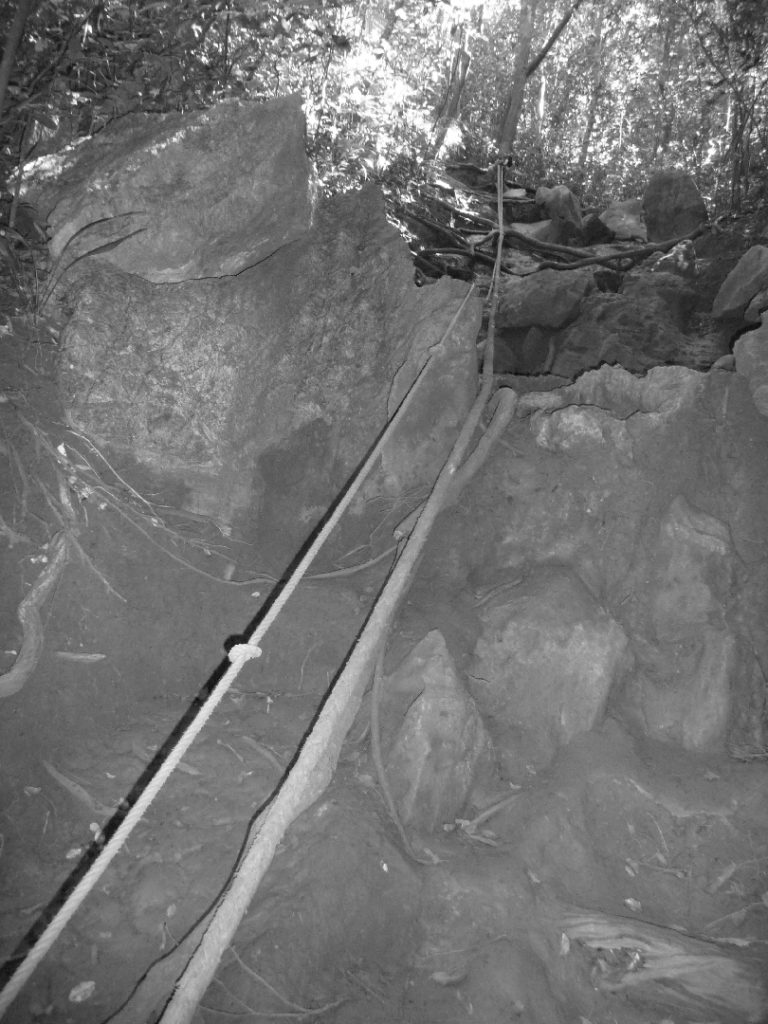 accès difficile avec corde pour rejoindre le point de vue sur railay