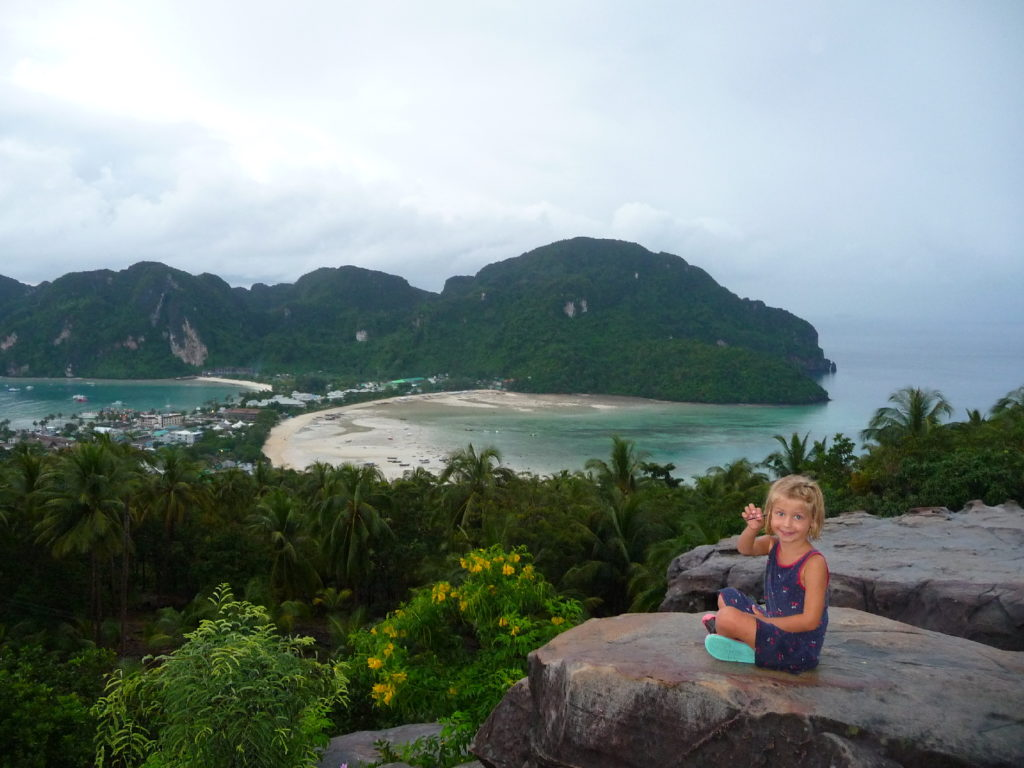 chatounette sur les hauteurs de koh phi phi pour admirer le point de vue sur l'isthmechatounette sur les hauteurs de koh phi phi pour admirer le point de vue sur l'isthme