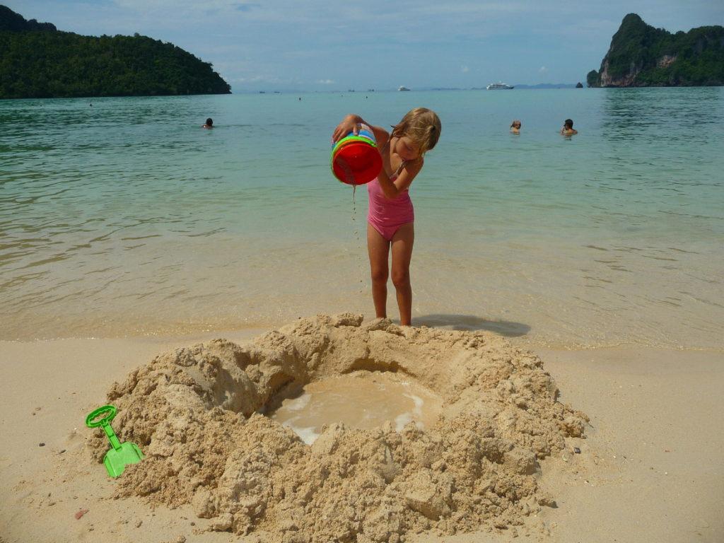 chatounette et son trou dans le sable sur la plage de koh phi phi
