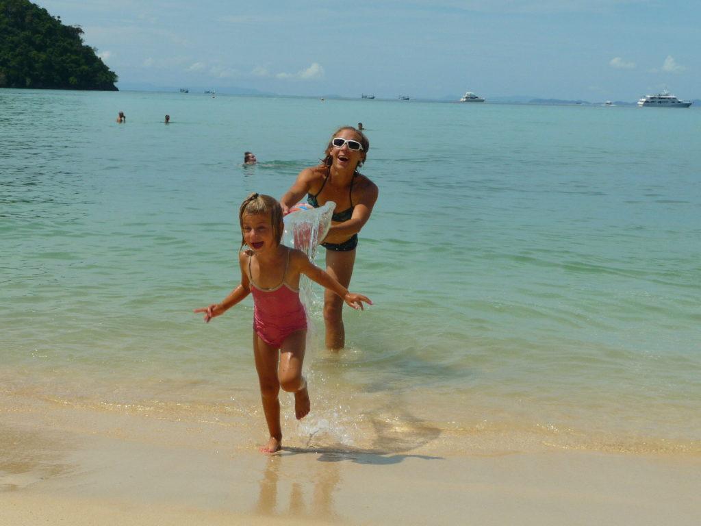 chatoune jette son seau d'eau sur chatounette, plage de koh phi phi