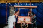 photo de couple au mariage chaton chatoune dans le chapiteau de cirque bleu