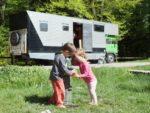 vie nomade en camion et en famille avec 2 enfants